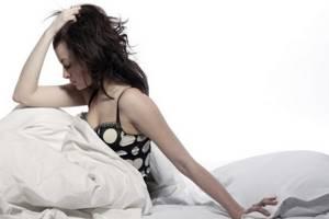 Сильная головная боль в области лба и висков: тошнота, подташнивает