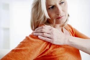 Боль в плечевом суставе при поднятии руки: лечение