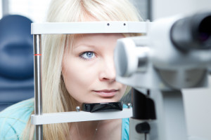 Болит глаз и голова с одной стороны: боль и давит