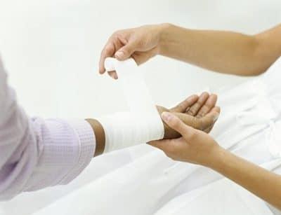 Ожог руки: что делать в домашних условиях, обожгла, чем лечить