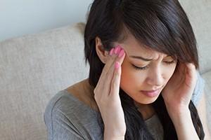 Болит голова в висках и давит на глаза: в области, почему