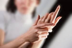 Онемел большой палец на левой руке: почему немеет, причины, лечение