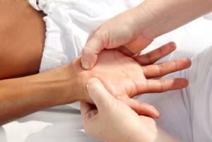 Почему немеют пальцы на руках и как это лечить