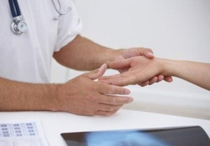 Немеет левая рука от плеча до пальцев: причины, что делать