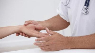 Болит средний палец на правой руке: сустав, косточка