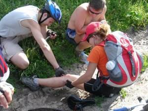 Первая помощь при травме головы: к ногам пострадавшего необходимо приложить