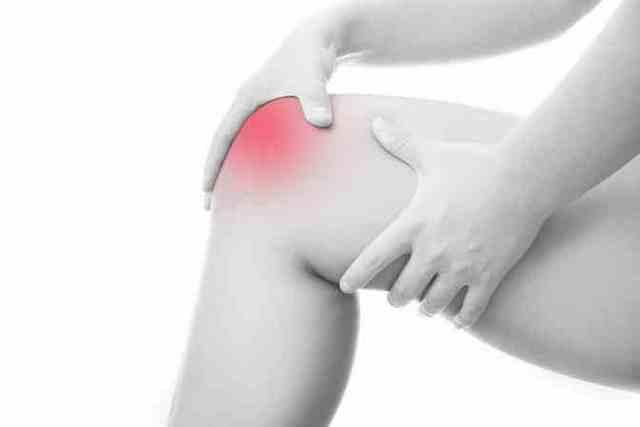 Хруст в колене при ходьбе: по лестнице, причины, как лечить