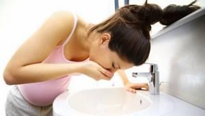 Тошнота, болит голова и живот: желудок, тошнит, что делать
