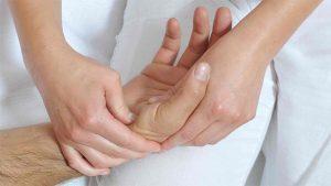 Немеет безымянный палец на правой руке: причины, не проходит