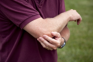 Немеет мизинец на правой руке: почему, причины, что делать